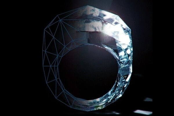 Ein Diamantring komplett aus .. naja ... Diamant halt