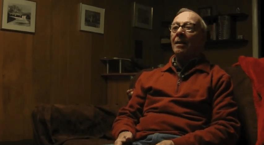 Ein Opa beim Zocken