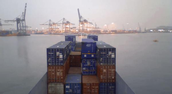 ihr-als-kapitaen-eines-containerschiffes-in-rotterdam
