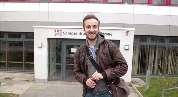 Back to school: Jan Böhmermann als Wirtschaftskunde-Lehrer
