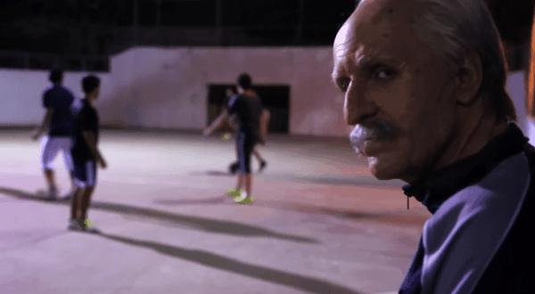 Nur ein Opa beim Street Soccer