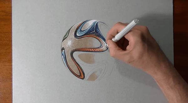 Marcello Barenghi beim Zeichnen des Brazuca's zuschauen
