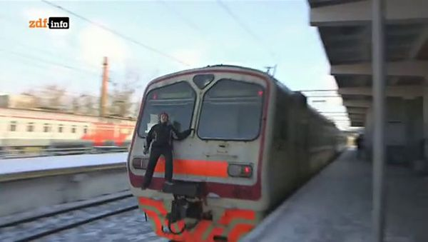 Doku: Unterwegs mit Roofern, Trainsurfern und Neonazis in Moskau