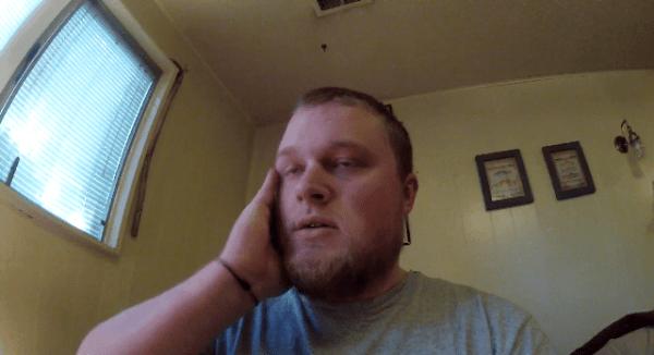 Ein Typ erschlägt eine Spinne und stellt fest - das war keine gute Idee