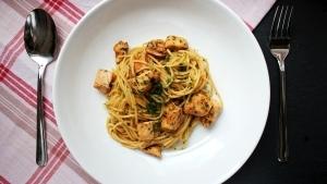 Line, koch doch mal... Asia-Hähnchen mit Spaghetti | Line kocht | Was is hier eigentlich los? | wihel.de
