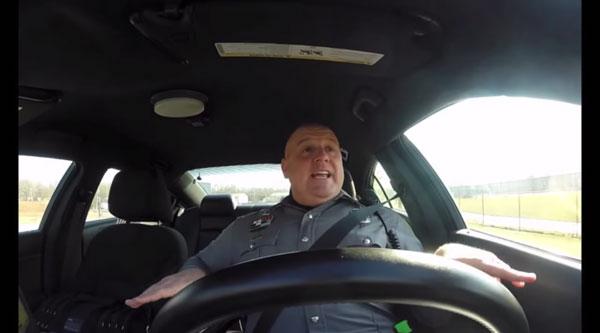 Nur ein Polizist im Auto | Lustiges | Was is hier eigentlich los? | wihel.de