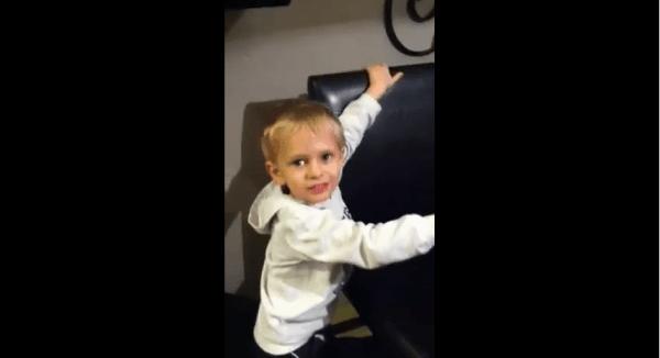 Süß: Kleiner Junge versucht, seinen Vater zu verscheißern