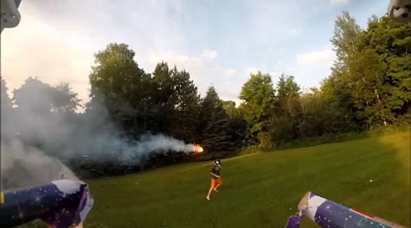 Nur eine Flugdrohne mit Feuerwerkskörpern