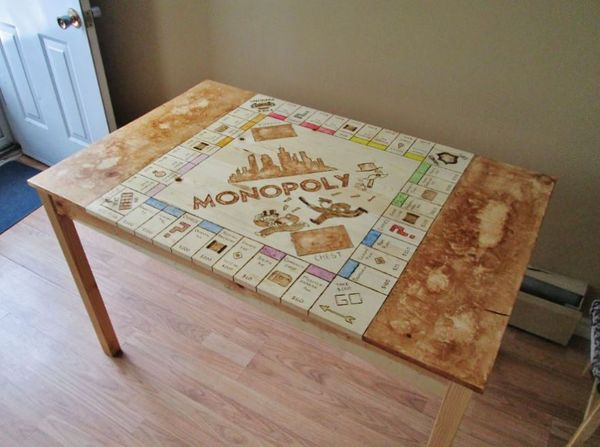 Ein Tisch zu Monopoly transformiert