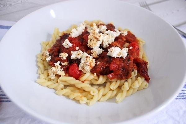 Line kocht: Pasta mit süßer Tomatensoße und gebackenem Ricotta
