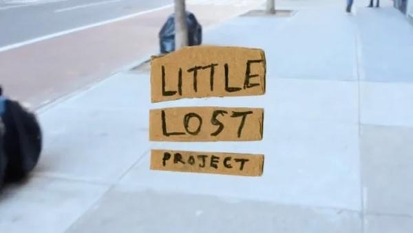 Verlorene Kleinigkeiten in Szene gesetzt