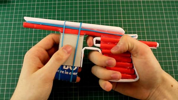 Handfeuerwaffen aus Papier gebaut