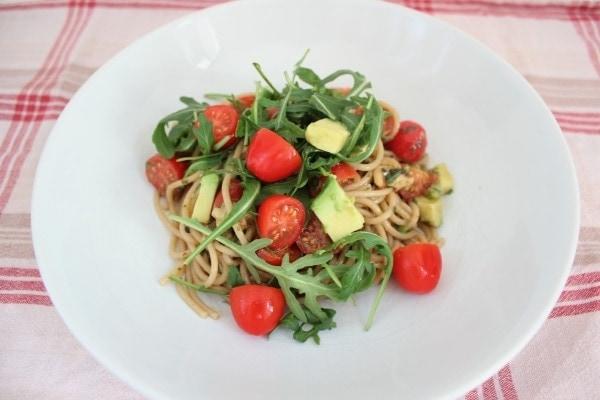 Line kocht: Vollkornspaghetti mit Avocado, Tomaten und Pinienkernen