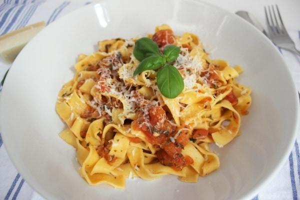 Line kocht: Pasta mit Tomatensugo und Kräutern | Line kocht | Was is hier eigentlich los?