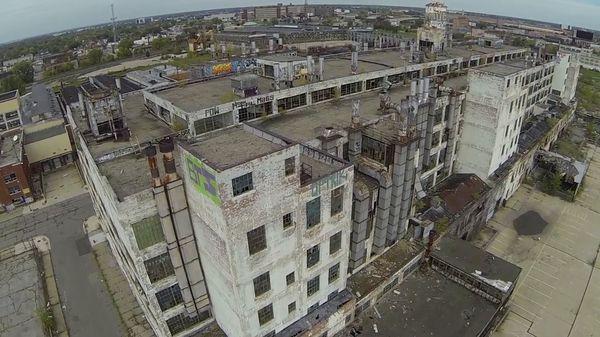 Mit einer Drohne durch Detroit