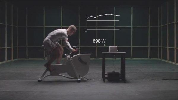 Ein Bahnradfahrer gegen einen Toaster