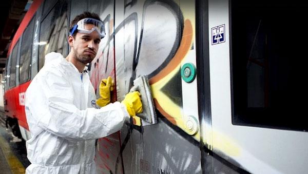 Wie Graffitis bei der Bahn entfernt werden