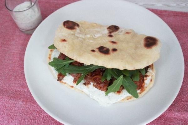 Line backt: Naan-Brot mit mariniertem Rumpsteak und Petersilien-Limetten-Creme