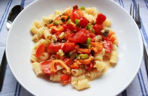 Line kocht: Pasta mit Gemüse in heller Frischkäse-Soße | Line kocht | Was is hier eigentlich los?
