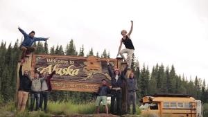 Sich mit Freunden einen Schulbus kaufen und durch Alaska fahren | Awesome | Was is hier eigentlich los? | wihel.de