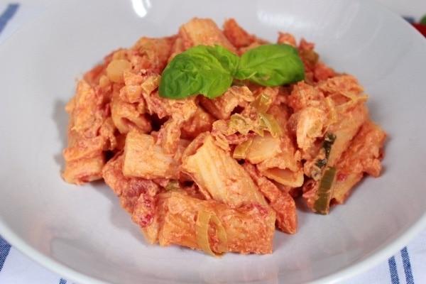 Line kocht: Rigatoni mit Lachs und Peperoni-Frischkäse-Soße | Line kocht | Was is hier eigentlich los? | wihel.de