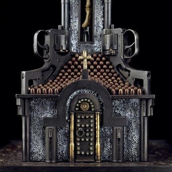 Religiöse Bauten aus Waffen und Munition | Design/Kunst | Was is hier eigentlich los?