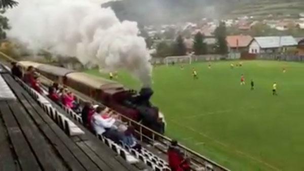 Ein Zug, mitten im Stadion