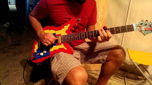 Eine E-Gitarre aus LEGO