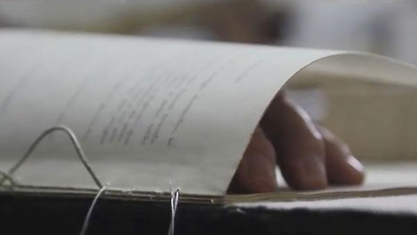 Einem Buchbinder bei der Arbeit zugeschaut