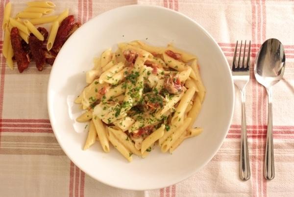 Line kocht cremige One-Pot-Pasta mit Hähnchen und getrockneten Tomaten