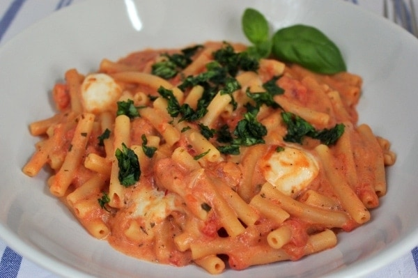 Line kocht One-Pot-Pasta mit Tomate-Mozzarella-Soße | Line kocht | Was is hier eigentlich los?