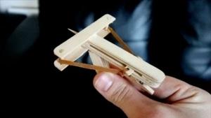 Eine selbstgebaute Mini-Armbrust für's Büro | Gadgets | Was is hier eigentlich los? | wihel.de
