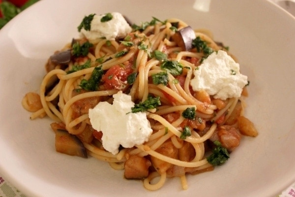 Line kocht Spaghetti in Tomatensugo mit Aubergine und Ricotta | Line kocht | Was is hier eigentlich los?
