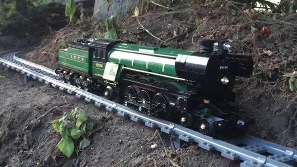 Mit der Riesen-LEGO-Eisenbahn durchs heimische Grundstück | Gadgets | Was is hier eigentlich los?