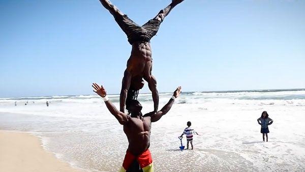 Zwei akrobatische Muskelberge am Strand | Awesome | Was is hier eigentlich los?
