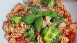 Line kocht Pasta mit Tomatensoße und Pesto-Mozzarella-Bällchen | Line kocht | Was is hier eigentlich los? | wihel.de