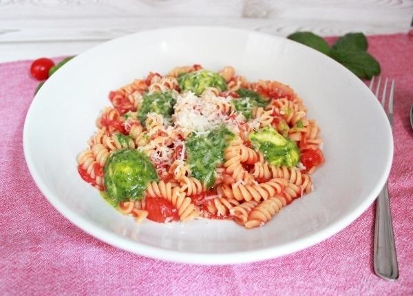 Line kocht Pasta mit Tomatensoße und Pesto-Mozzarella-Bällchen | Line kocht | Was is hier eigentlich los?