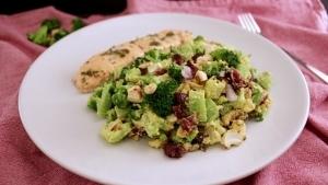 Line kocht Brokkoli-Cranberry-Salat mit Cashew-Curry-Dressing | Line kocht | Was is hier eigentlich los? | wihel.de