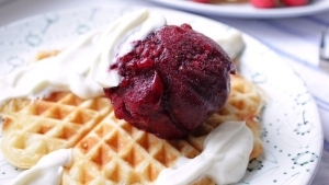 Line backt Friesenwaffeln mit Rote-Grütze-Eis und Vanille-Schmand-Soße - Rezepte aus dem Norden | Line backt | Was is hier eigentlich los?