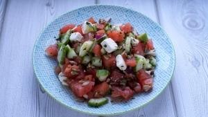 Line macht Wassermelonen-Gurken-Salat mit Feta und Minze | Line kocht | Was is hier eigentlich los? | wihel.de