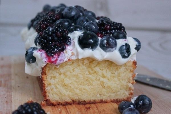 Line backt Zitronenkuchen mit Mascarpone-Quark-Creme und dunklen Beeren | Line backt | Was is hier eigentlich los?