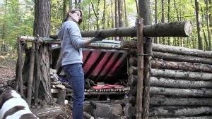 Eine Heimwerkerin baut sich eine Holzhütte | Handwerk | Was is hier eigentlich los? | wihel.de