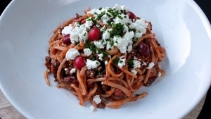 Line kocht Spaghetti Bolognese mit Cranberries und Feta | Line kocht | Was is hier eigentlich los? | wihel.de