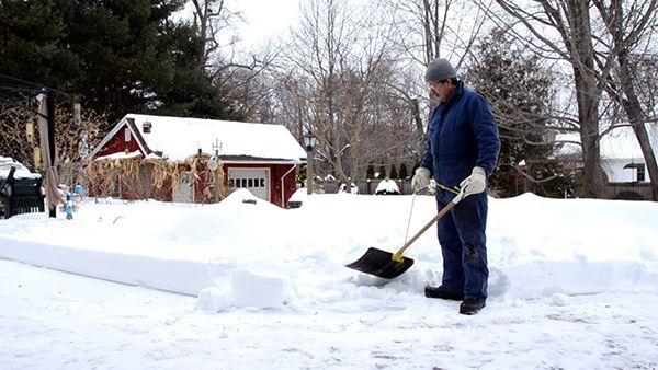 Schneeschippen ohne Rückenschmerzen | Geschichten aus'm Alltag | Was is hier eigentlich los?