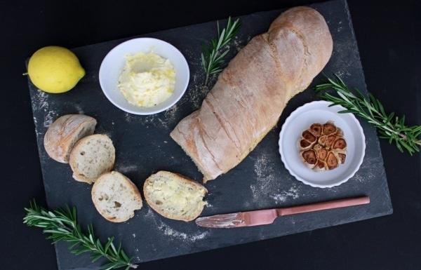 Line backt Rosmarin-Baguette mit Zitronenbutter und gebackenem Knoblauch | Line backt | Was is hier eigentlich los?