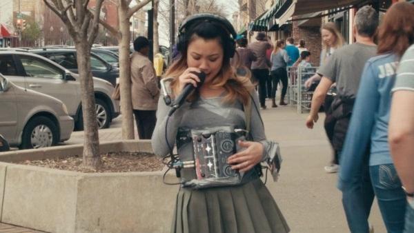 Kawehi geht mit Panzertape musizierend spazieren | Musik | Was is hier eigentlich los? | wihel.de