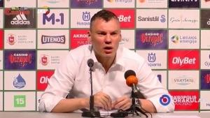 Ein Reporter fragt einen Trainer, warum der seinem Spieler für die Geburt seines Kindes freigegeben hat | Menschen | Was is hier eigentlich los? | wihel.de