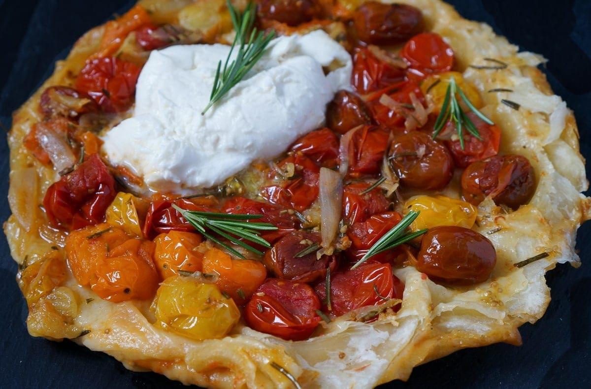 bl tterteig tomaten tarte mit rosmarin und mozzarella. Black Bedroom Furniture Sets. Home Design Ideas