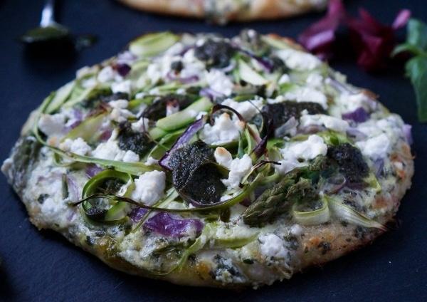 Line macht Frühlingspizza mit grünem Spargel und Basilikum-Pesto | Line kocht | Was is hier eigentlich los? | wihel.de