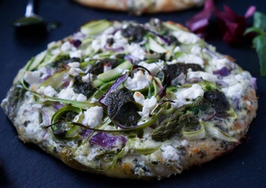 Line macht Frühlingspizza mit grünem Spargel und Basilikum-Pesto | Line kocht | Was is hier eigentlich los?